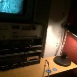 In einer Nische steht Equipment mit Video und Tonaufnahmen, die die Überwachung durch die Stasi thematisieren.