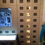 Vitrinen in Plattenbauoptik. Hinter den Fenstern sieht man beleuchtete Fotos aus DDR-Wohnnungen.