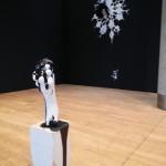 Zwei Kunstwerke in Schwarz und Weiß.