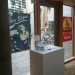 Plakate der Künstlergruppe an den Fenstern.