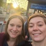 Zwei Ausstellungspodcasterinnen in Berlin.