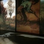 Auf vielen großen Projektionsflächen werden seine Werke und biografische Ereignisse erlebbar gemacht.