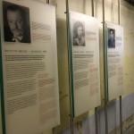 Unaufdringlich informieren Texttafeln im Zellentrakt. Die Führung geht darauf ein, im Vordergrund stehen aber die Geschichten der Zeitzeugen und das Gebäude des ehemaligen Stasigefängnisses.