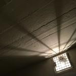 Licht in den Zellen wurde auch zur Folter genutzt. Lange Phasen der Dunkelheit oder tagelang brennendes Licht belasteten den Insassen.
