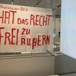 Ein Transparent aus der Ausstellung, welches zu einer Inhaftierung führte.