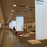 Der Blick in den großen Ausstellungsraum mit den Bannern der großen Themenblöcke.