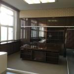 Hier wurden Entscheidungen über das Schicksal von Menschen getroffen. Ein Nebenraum zeigt Zeugnisse des teilweise heiteren Arbeitslebens der Stasibeamten. Beispielsweise bei Festen.