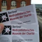 Und schon geht es los. In der Ausstellung darf man leider keine Fotos machen, eine Bildergalerie findet man aber auf den Webseiten der Charité.