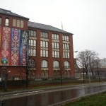 Das große Banner mit der jeweils aktuellen Ausstellungsankündigung kann man bereits aus der Sbahn entdecken, wenn man am Berliner Hauptbahnhof vorbeifährt.