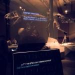 Tristan hat einen eigenen Ausstellungsraum für sich allein. Die transparenten Bildschirme versperren nicht die Sicht.