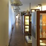 Ein langer Raum steht der Dauerausstellung zur Verfügung.