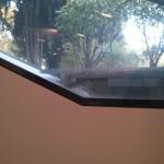 Die Fenster sind schmal und kantig, wie auch der Libeskindbau an sich.